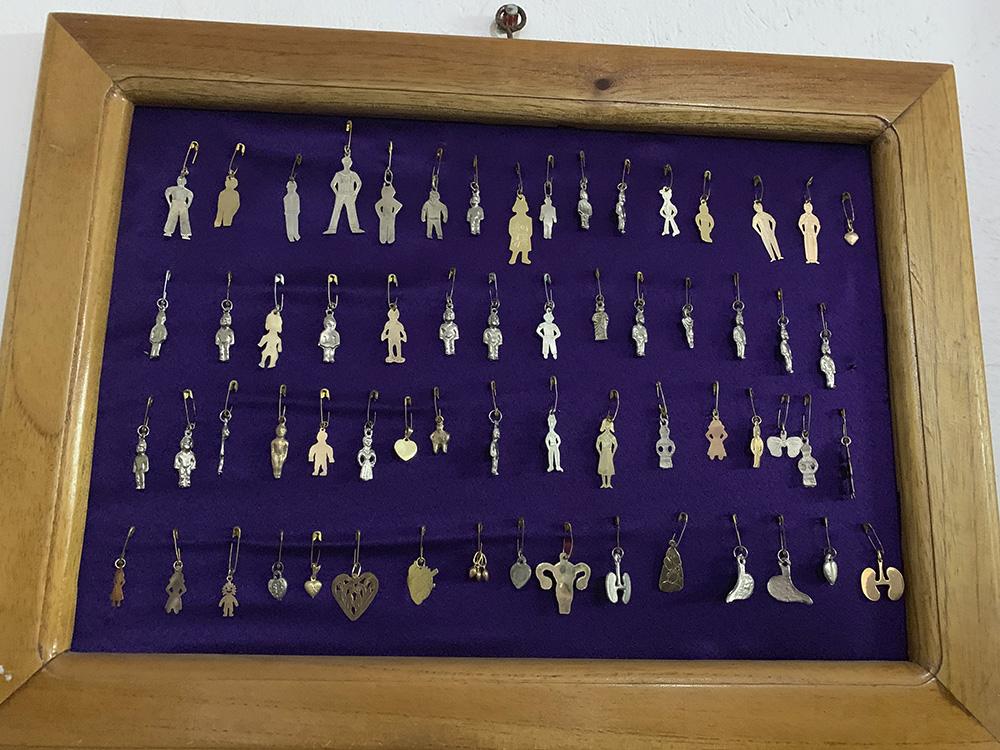 Muestras de piezas que simbolizan parte del cuerpo que son sanadas por el cristo negro
